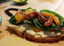 Tartine gourmande au fromage frais et légumes